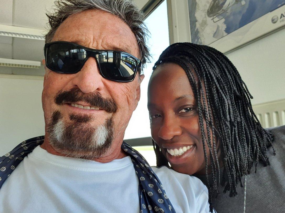 Вдова Джона Макафи обвиняет США в смерти мужа